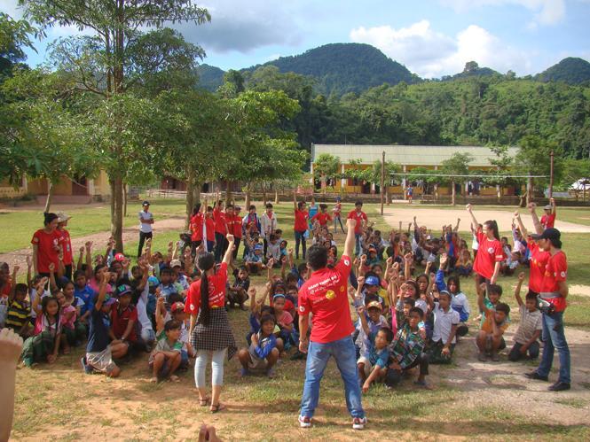 Trăng nơi biên giớiTrung thu ấm áp, đầy tình yêu thương với trẻ em Ma Coong.