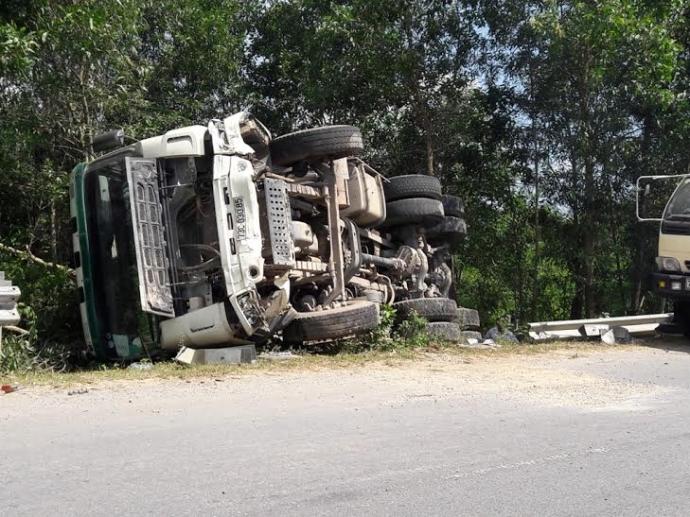 """Tránh xe máy, xe tải """"nuốt gọn"""" taluy đường rồi lật ngửa"""