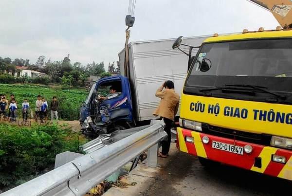 Tránh xe vượt ẩu, xe tải lao xuống ruộng