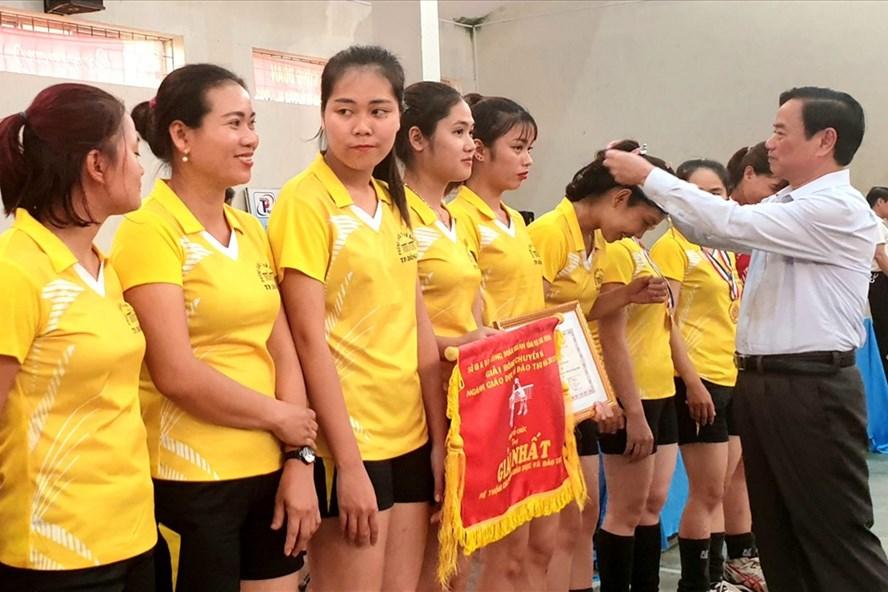 Trao danh hiệu hoa khôi tại giải bóng chuyền nữ ngành GDĐT Quảng Bình