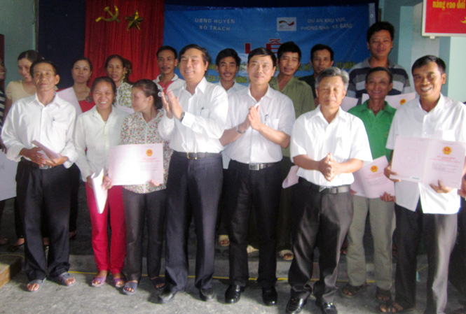Trao giấy chứng nhận quyền sử dụng đất cho 94 hộ gia đình tham gia trồng và khoanh nuôi tái sinh rừng