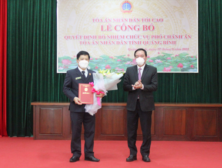 Trao quyết định bổ nhiệm chức vụ Phó Chánh án Tòa án nhân dân tỉnh