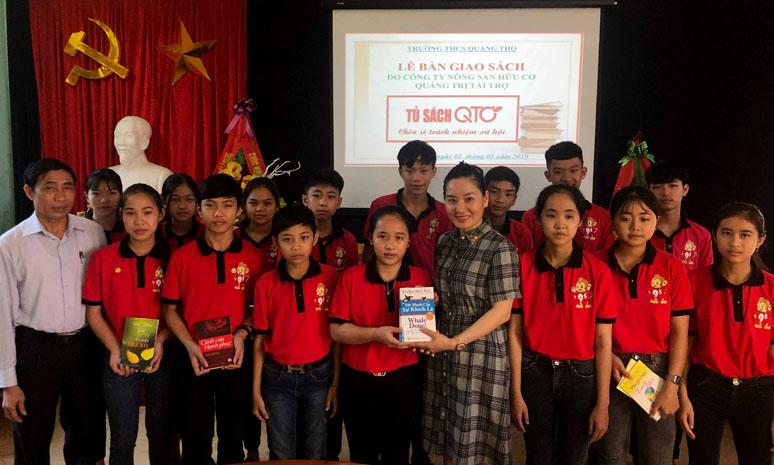 Trao tặng 20 tủ sách cho học sinh Trường THCS Quảng Thọ