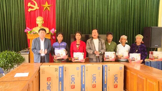 Trao tặng phương tiện nghe, xem cho đồng bào dân tộc 2 xã Tân Trạch và Thượng Trạch