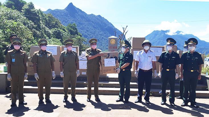 Trao tặng thiết bị y tế cho lực lượng bảo vệ biên giới Lào