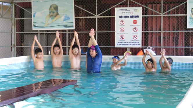 Trường tiểu học Đồng Phú dạy bơi miễn phí cho học sinh trong dịp hè