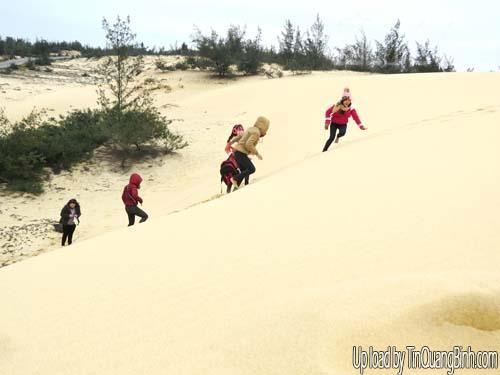 Trượt cát - trải nghiệm du lịch thú vị ở Quảng Bình