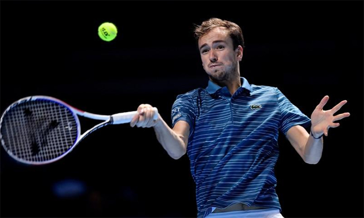 Tsitsipas hạ Medvedev ở trận ra mắt ATP Finals