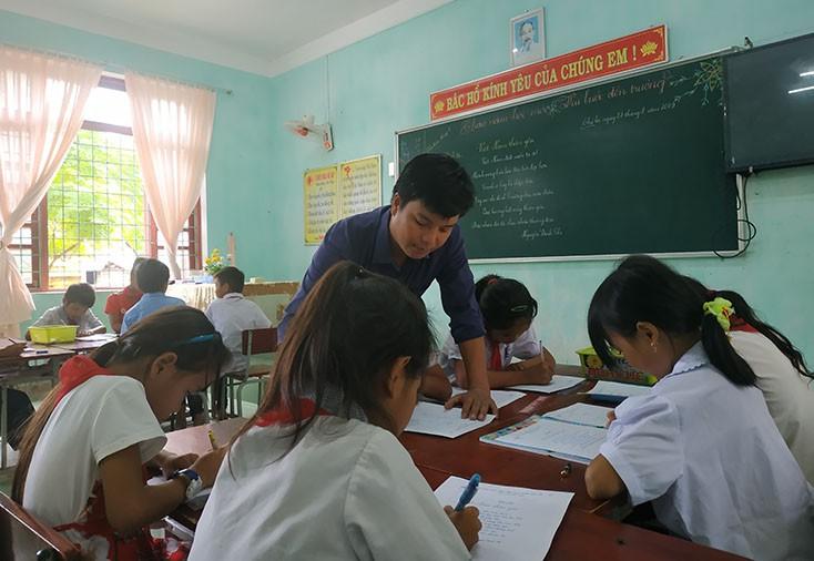 Từ học trò dốt nhất lớp đến thầy giáo giỏi cõng chữ lên đỉnh Trường Sơn