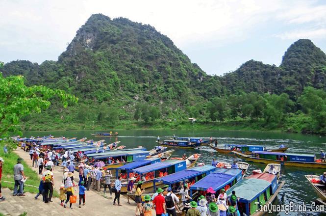 Từ ngày 1-7, tăng mức giá thuê thuyền tham quan động Phong Nha và Tiên Sơn