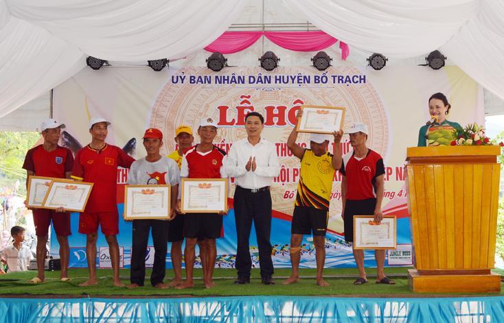 Tưng bừng lễ hội đua thuyền trên sông Son