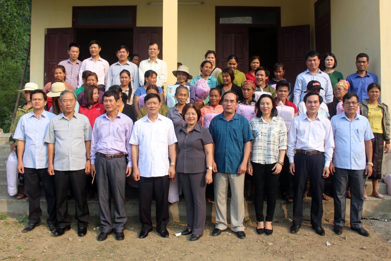 Ủy ban Thường vụ Quốc hội: Thăm và tặng quà đồng bào dân tộc thiểu số xã Trường Xuân