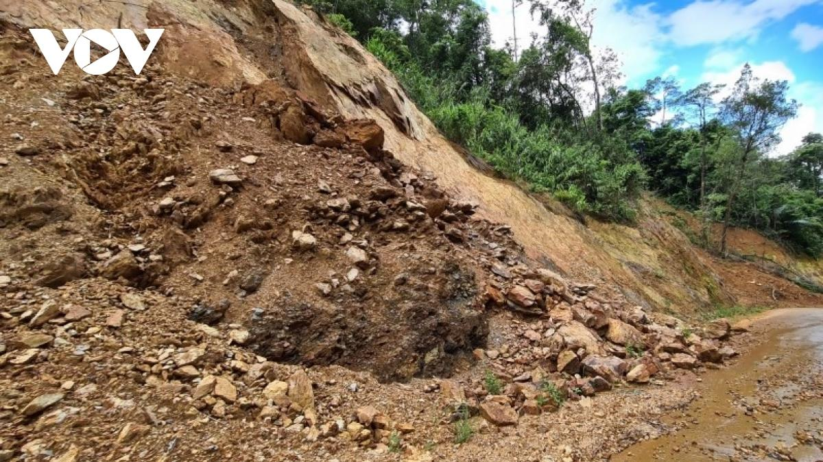 Vẫn chưa thể liên lạc với 21 người mắc kẹt trong rừng ở Quảng Bình