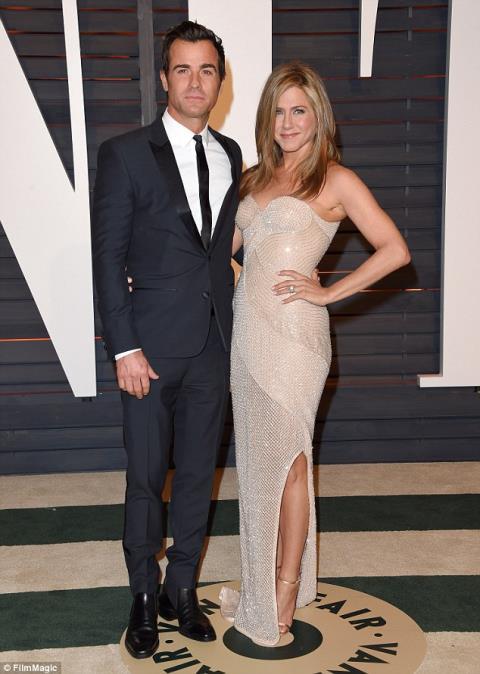 Váy cưới của Jennifer Aniston thiết kế riêng hay hàng bán sẵn?
