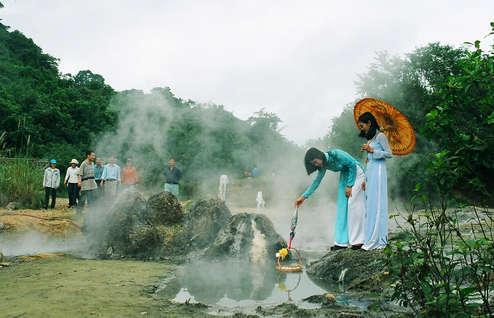 Về Quảng Bình thăm suối nước nóng trên 100 độ C