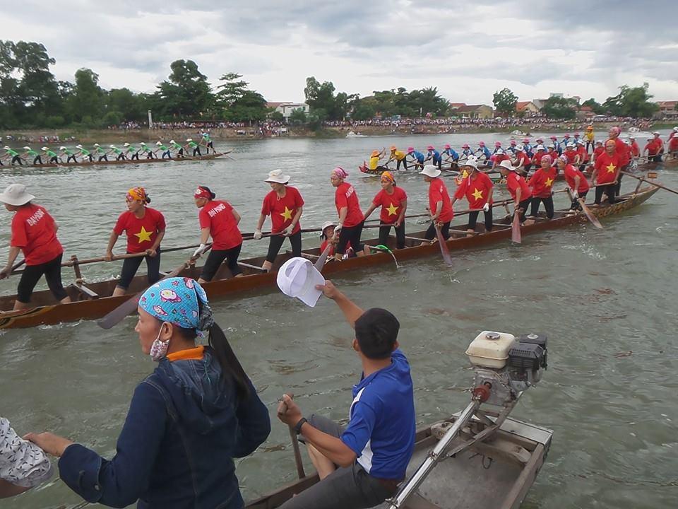 Video tường thuật trực tiếp lễ hội bơi thuyền truyền thống trên sông Kiến Giang, Lệ Thủy năm 2015