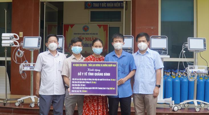 Vợ chồng anh Đặng Văn Nghĩa trao tặng thiết bị y tế cho Bệnh viện đa khoa TP. Đồng Hới