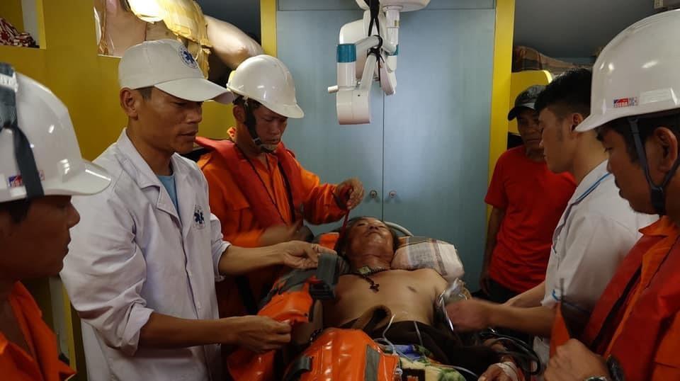 Vượt biển cấp cứu thuyền viên bị tời đập vào bụng gây nguy kịch