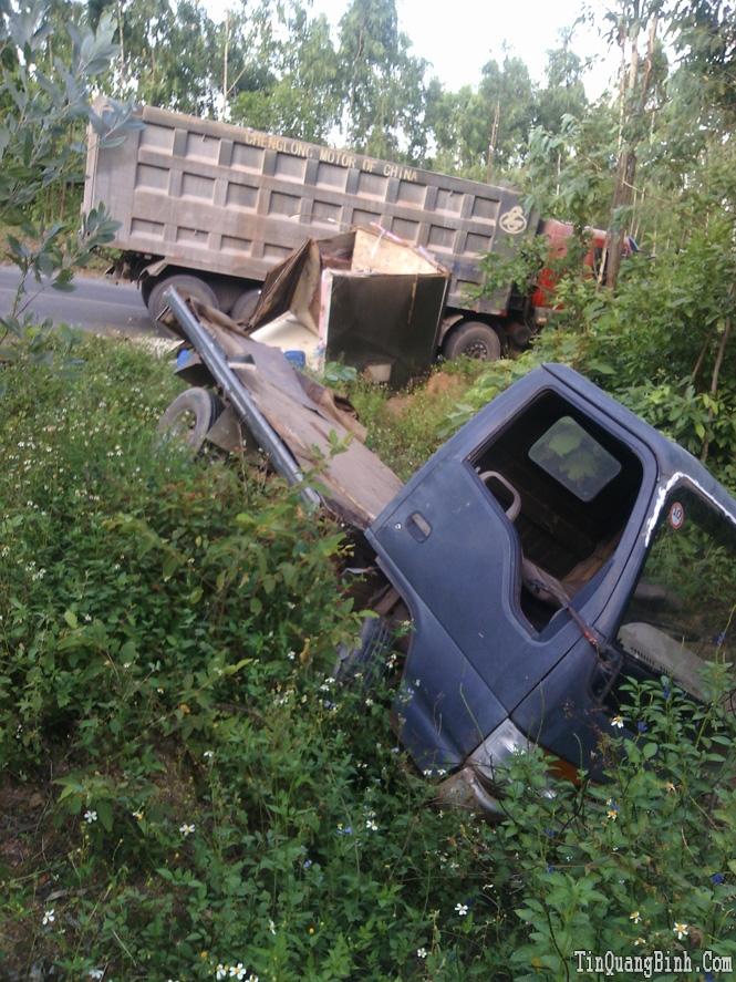 Xe Howo tông xe tải nhỏ văng xuống taluy đường