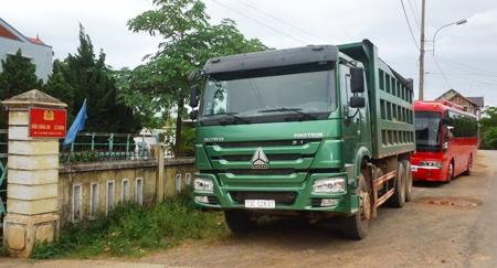 Xe khách vượt xe tải, một người tử nạn
