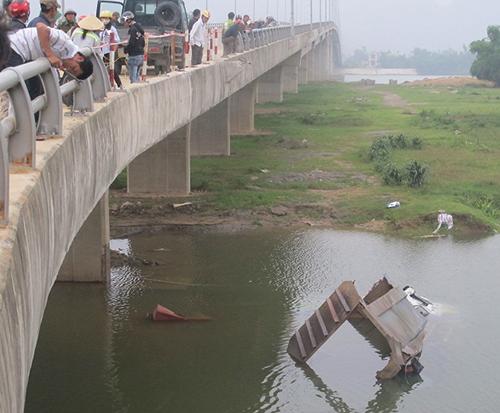 Xe tải ủi văng lan can cầu, lao xuống sông