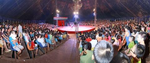 Xiếc lưu động với sân khấu khổng lồ, hiện đại